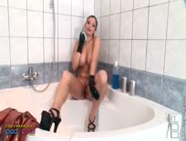 Aria Giovanni in Latex on Bath 04